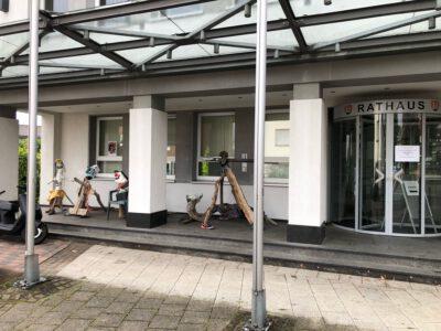 Blick auf Müll-Kunstwerke am Rathaus. Foto Ralf Droske
