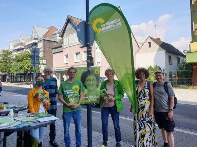 GRÜNE Niederkassel mit Lisa Anschütz vor dem Biomarkt in Niederkassel. Foto Stephanie Mendl