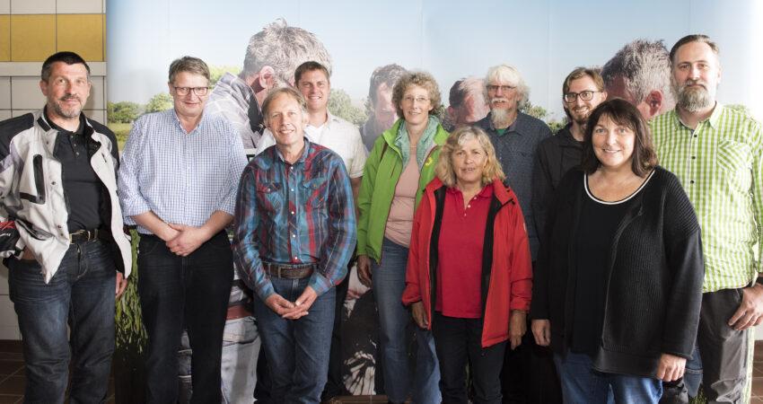 Zufriedene Gesichter nach einem guten Gespräch. GRÜNE Direktkandidatin Lisa Anschütz mit Mitgliedern von DRÜBER UND DRUNTER sowie der GRÜNEN Niederkassel auf dem Geflügelhof Wirtz-Telohe. Foto: Jürgen Lowis